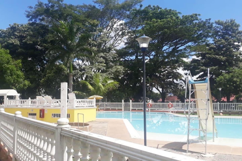 El conjunto cuenta con piscina y zonas recreativas.
