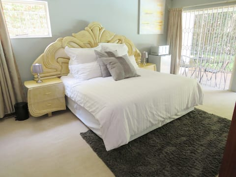 Spacious private en-suite  close to Menlyn Mall