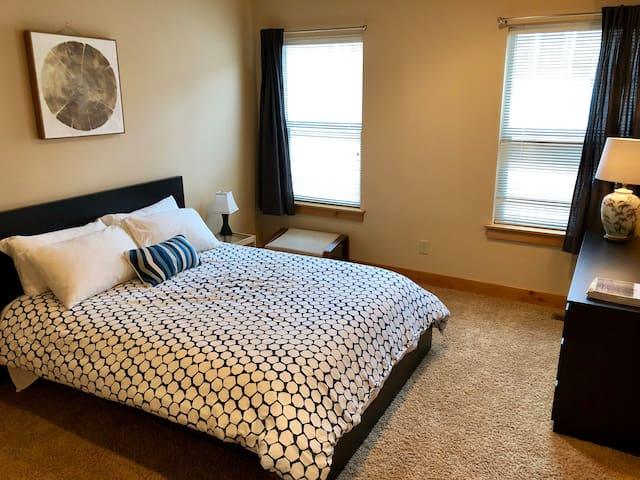 Bend Westside cozy, comfy master suite w/PVT BATH