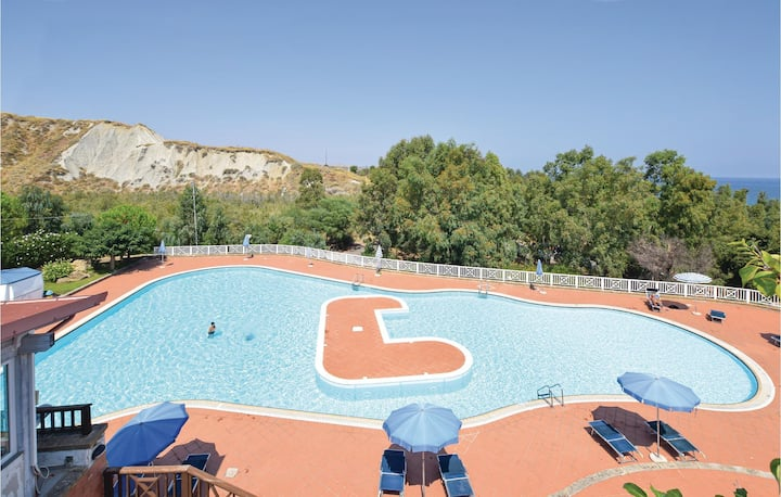 Amazing apartment in Crotone with Outdoor swimming pool and 2 Bedrooms