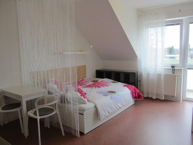 Quiet New Sunny Place With Balcony & Free Parking - Praga - Departamento