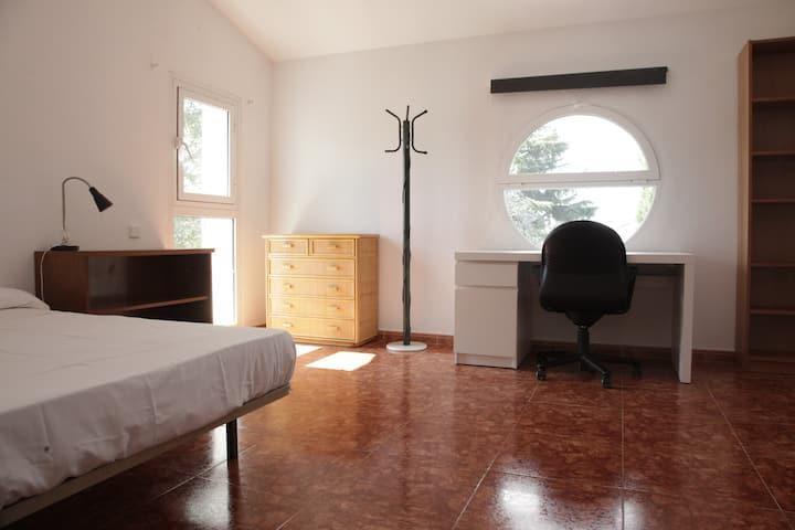 Habitaciones DOBLES a 15 km de Madrid con piscina