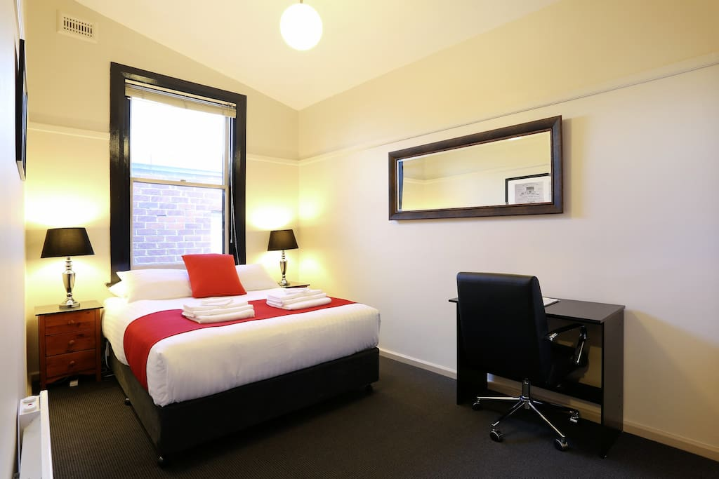 Macquarie house queen room 11 serviced apartments for for Best private dining rooms hobart