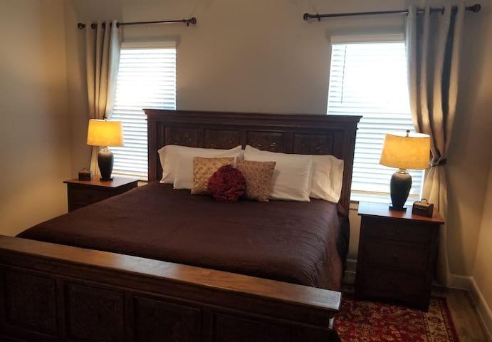 Porter Haus - Rosewood Room