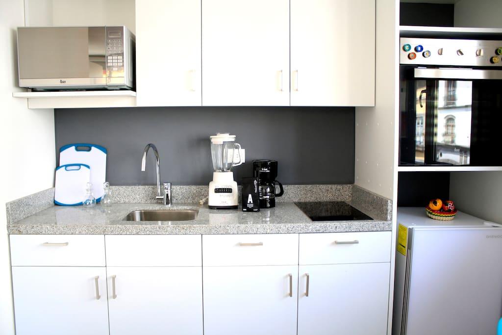 Cocina completa, horno de micro, horno, cafetera, estufa eléctrica,licuadora, vajilla completa para 4 personas