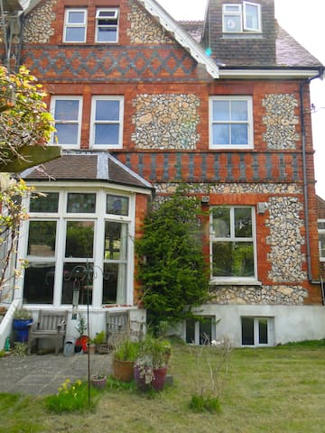 Lovely Victorian central flat with private garden. - Eastbourne - Lakás