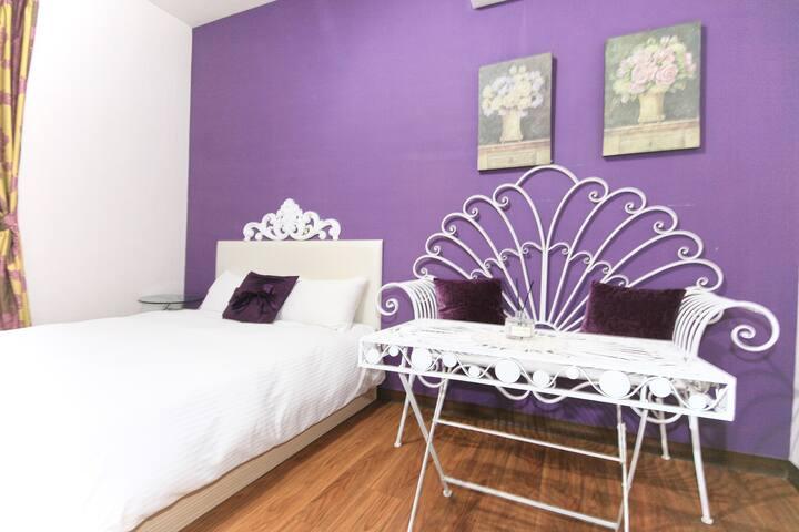 [位於逢甲商圈內]紫色浪漫雙人房|小客廳|逢甲好時光
