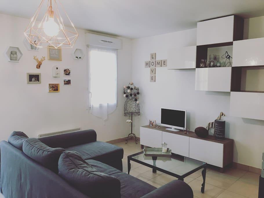 grande pièce à vivre avec canapé lit 2 places