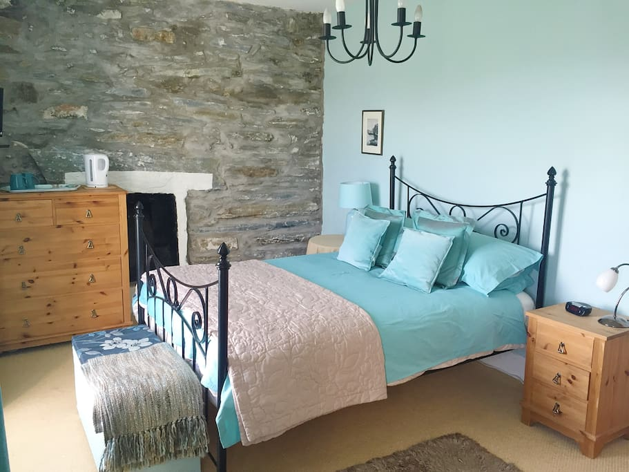 Double bedroom facing out onto the Harbour with tv, fireplace and tea/coffee making amenities