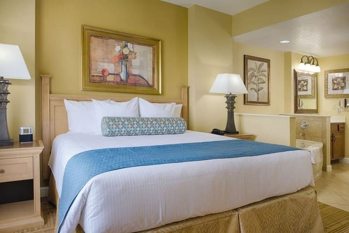 Disney Disney!! On site One-Bedroom Suite with access to 5 Pools, Lazy River, Hot tubs, BBQ pit & more! Your amazing Family Adventure Awaits.