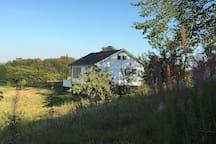 Gårdshytte i landlige og idylliske omgivelser
