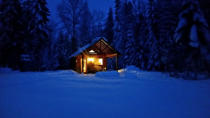 Camping cabin in country setting - แซนด์พอยท์