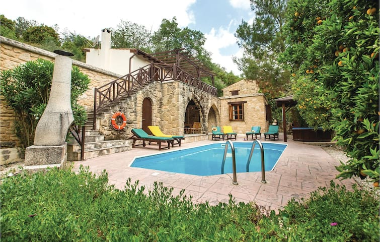 Holiday cottage with 3 bedrooms on 140 m² in Miliou Paphos