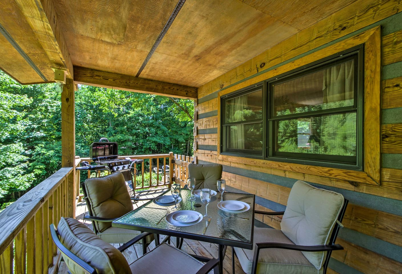 Enjoy Bryson City from this 2-bedroom, 2-bathroom vacation rental cabin for 4.