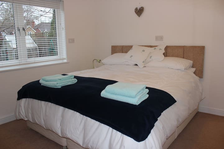 Bright Ensuite Double Room , Esher - Esher - Ev