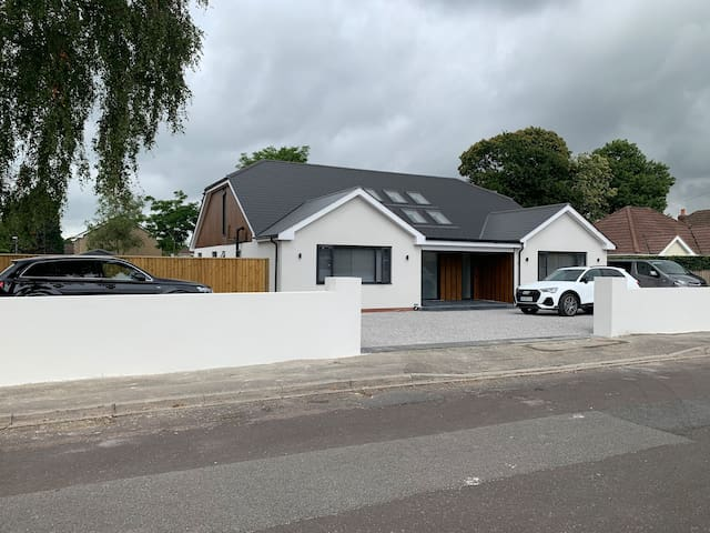Large Luxury 4 Bedroom House with Gym Near Poole