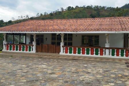 Cabaña en hermosa finca con piscina - La Vega