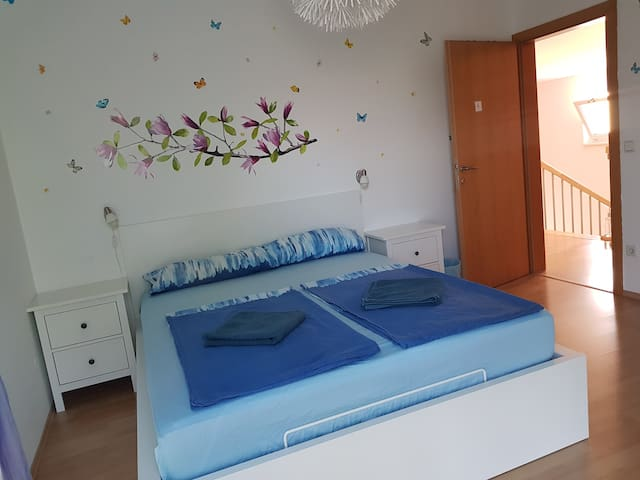 Room in house D.Close to Bus, Metro