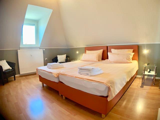 Schlafzimmer mit 2 Boxspringbetten a 100*200