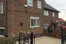 Cosy 2 bed house,parking,close to the city centre