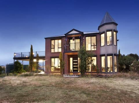 Mansion-style farm stay Near Melton