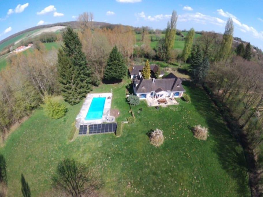 Villa du Grand Sancerrois 450m2 sur 2 hectares avec une grande piscine chauffée et bois