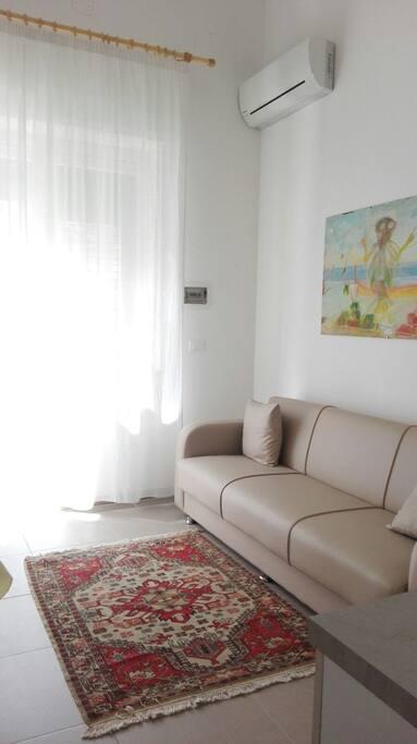luminoso soggiorno con divano letto