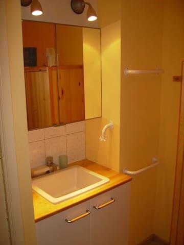 Cabinet de toilette dans la chambre avec les lits superposés