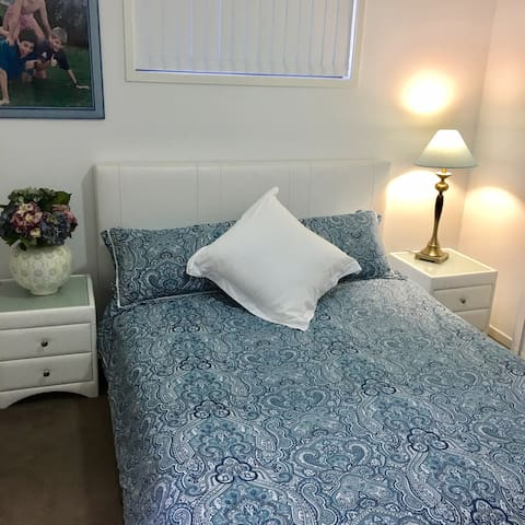 Beautiful private room, ensuite, 20 min from CBD