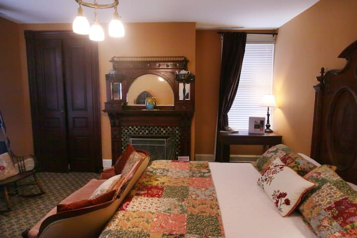 Vandiver's Wolbert:  A little Victorian elegance, Great Fireplace, king bed and big bath with a clawfoot tub and shower!
