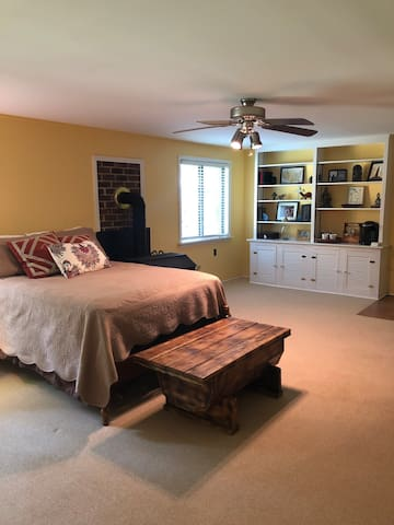 Spacious private suite close to UVA and Downtown