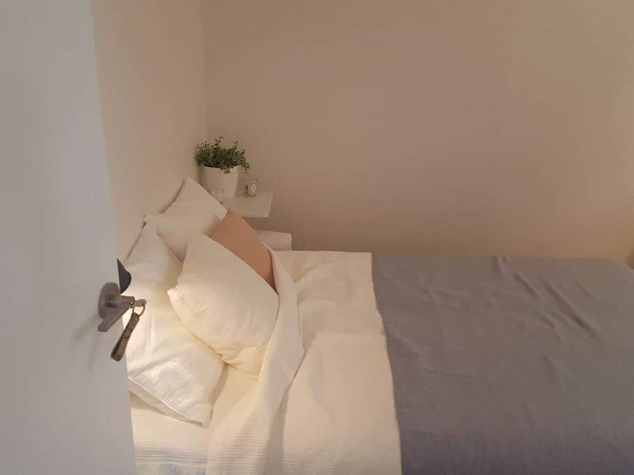 Guest room / Linen spread