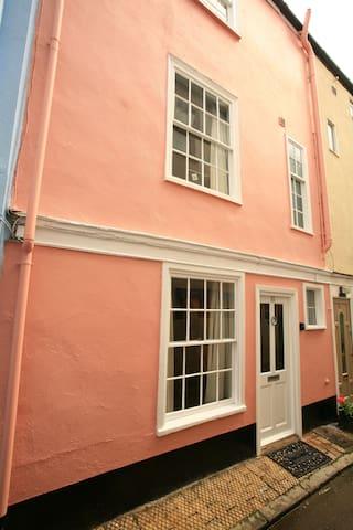 Briny Cottage - 10 Newport Street.
