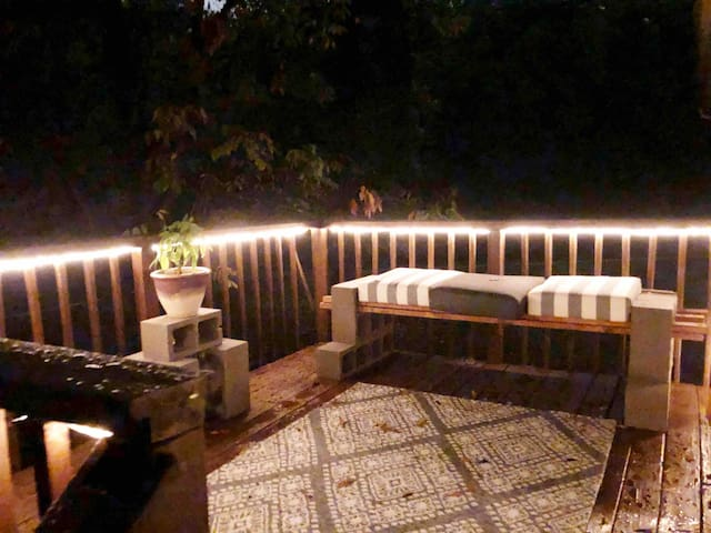WOODED GETAWAY. Lighted Deck, 3beds w/ KING & TP!