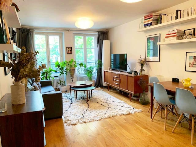 Lovely apartment a walk from Champs Elysées!