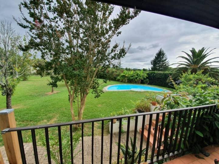 T2 les pieds dans l'eau, terrasse & piscine privée