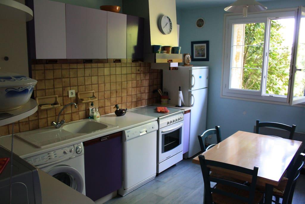 La cuisine : lave- linge, lave-vaisselle, micro-onde ...