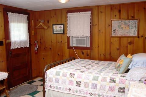 Historic Knotty Pine Cabin | Cabin 3 🏞🚲🌤🐕🥾🛶