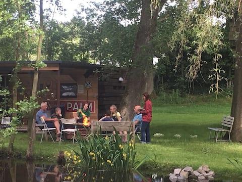 Unik campingvogn med veranda midt i naturen