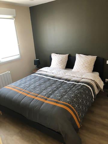 Chambre au rez de chaussée avec lit 160 x 200 et rangements
