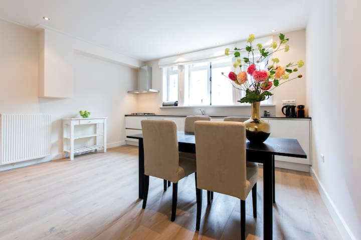 Private Sous Terrain Apartment in A'dam Old South
