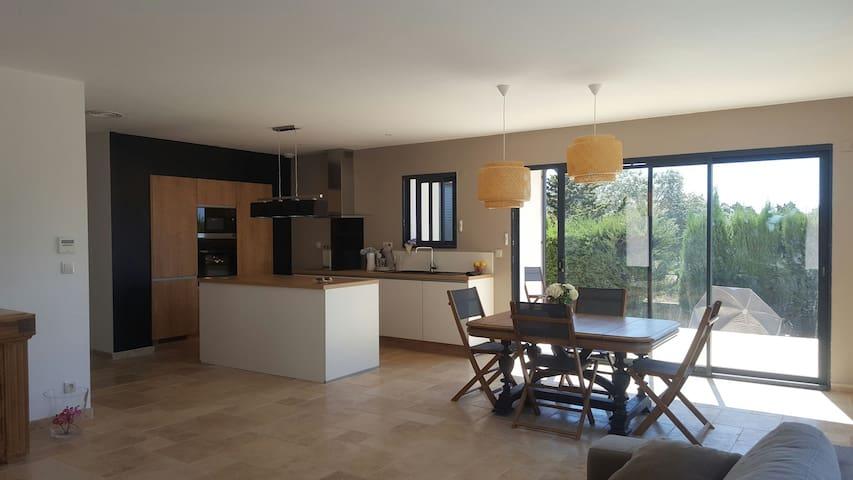 Villa contemporaine  de 2017 entourée d oliviers