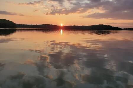 Serene Lake Home Retreat close to Metro