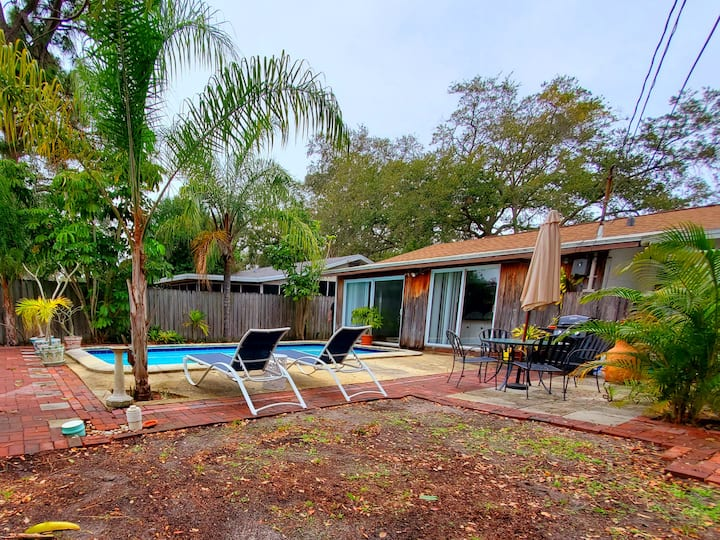 Clean, Cute, House with a pool 4 miles from Beach