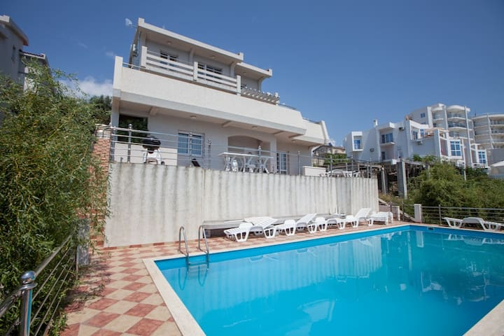 Beachfront 6bdr villa with a pool