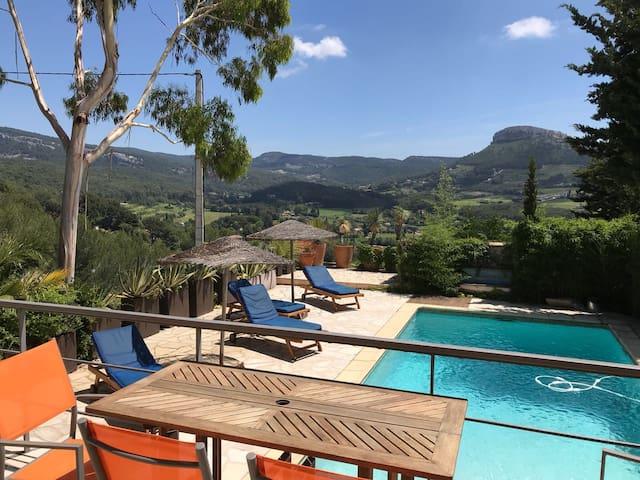 Rez de jardin avec piscine et vue sur les vignes