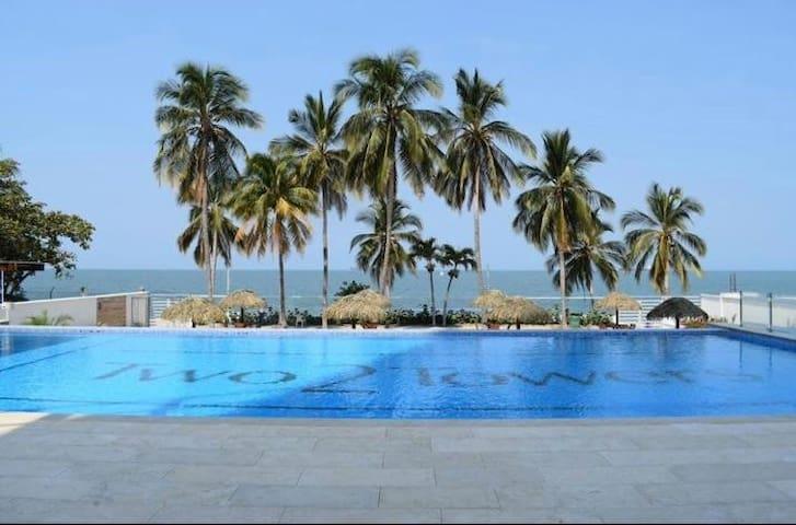 Vista de piscina de agua salada, única en la zona y mar caribe