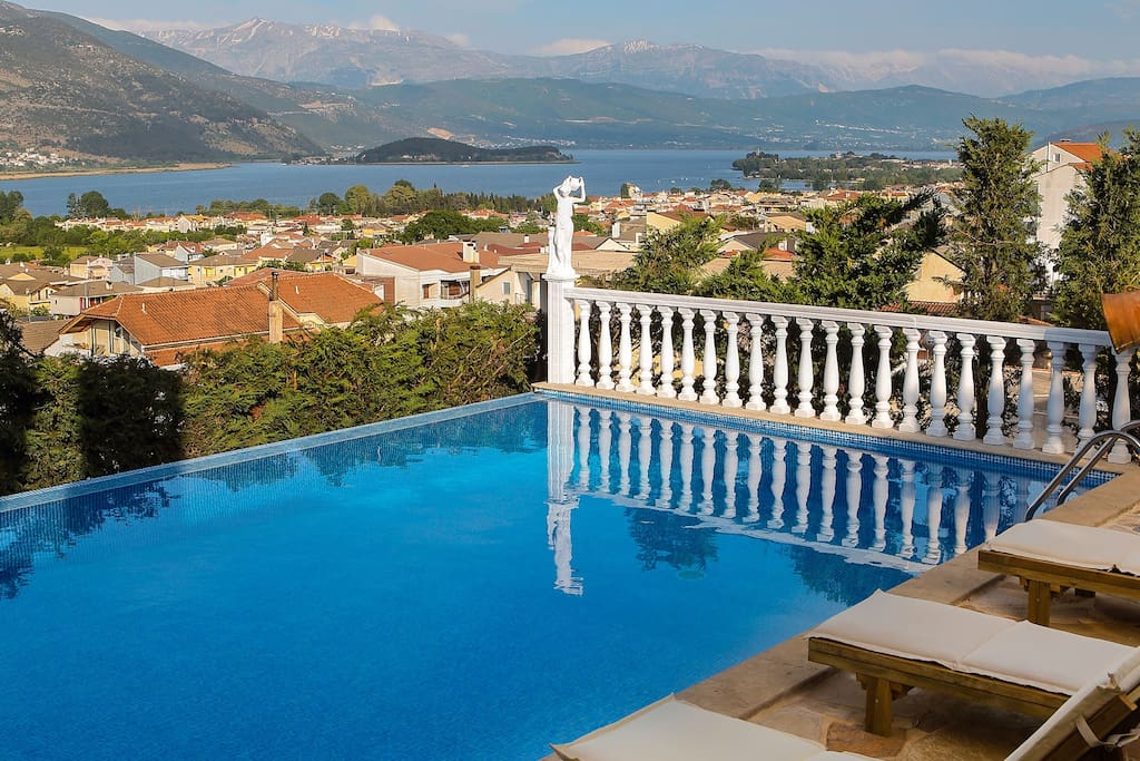Pool of Villa Deluxe Sight with view in Ioannina city.