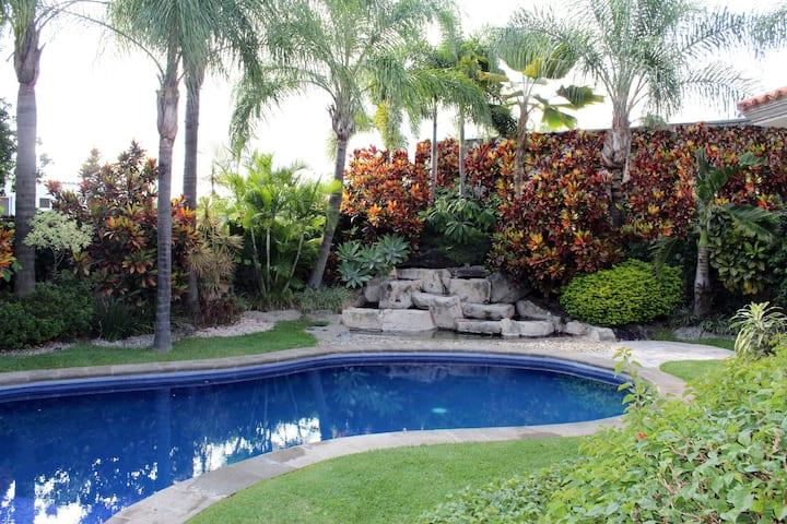 Amplia casa con alberca, áreas verdes y seguridad