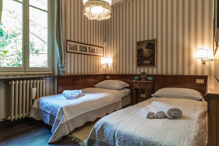 Bedroom with two single beds no. 3